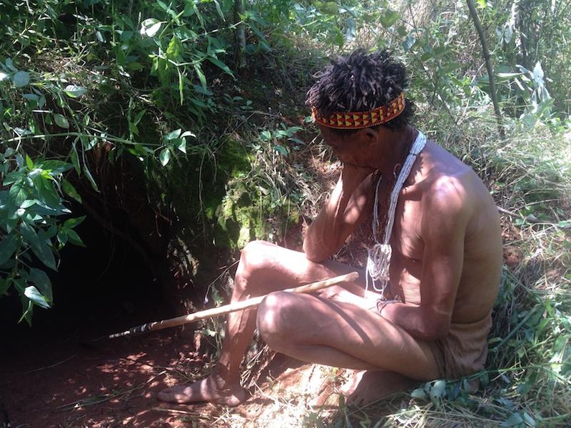 Jäger vom Volk der San übt sich in Geduld.